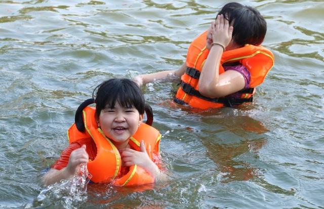 Nhiều gia đình đưa con nhỏ ra ao tắm vào các buổi chiều. Các em được mặc áo phao bảo hộ, mực nước trong ao cũng không quá sâu và được phân thành từng lớp cho phù hợp lứa tuổi.