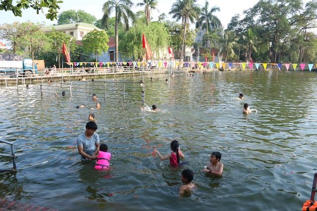 Những ngày đầu hè nắng nóng, rất đông trẻ em ở xã Dương Liễu (Hoài Đức, Hà Nội) được bơi lội, tắm mát ở bể bơi tự chế của làng Thiên, vốn trước đây từng là một ao tù ô nhiễm.