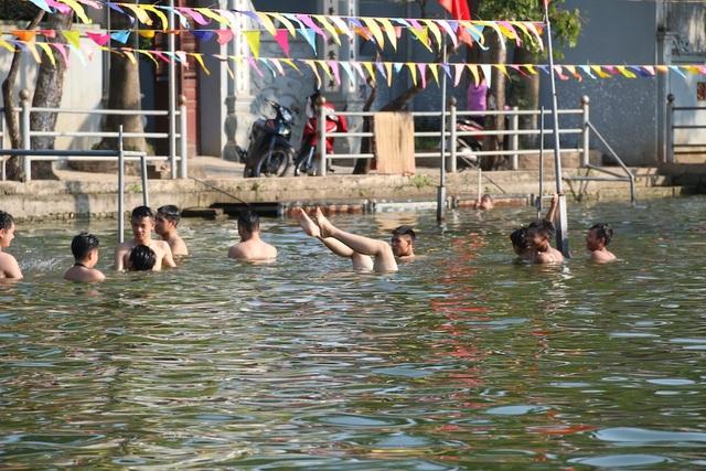Ao làng Thiên có diện tích khoảng 700m, trước đây là ao tù khá ô nhiễm.