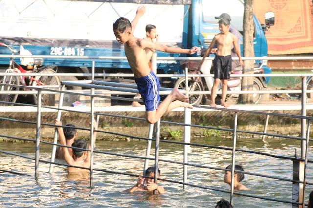 Từ ao tù ô nhiễm, người dân đã chung tay thực hiện ý tưởng biến nơi đây thành điểm có thể bơi lội. Nhiều biện pháp cải tạo môi trường nước được thực hiện, các hàng mục phụ trợ cho việc bơi lội được lắp đặt, sau một thời gian đã biến ao làng thành một bể bơi thiên nhiên.