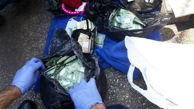 Nhiều túi tiền lẻ của bà Othman được lực lượng an ninh tìm thấy bên cạnh thi thể bà. (Nguồn: AN)