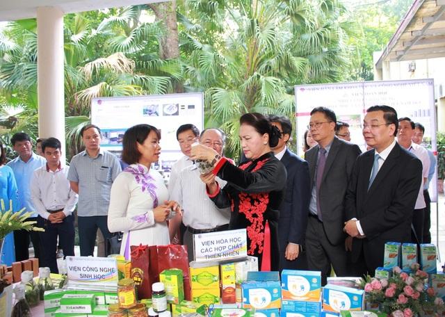 Chủ tịch Quốc hội tham quan một số gian trưng bày sản phẩm ứng dụng khoa học công nghệ của Viện Hàn lâm. (Ảnh: VAST)