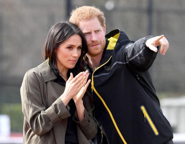 Một trong những điều khiến truyền thông Anh chú ý tới Meghan là cô là người Mỹ gốc Phi và từng qua một đời chồng. Hoàng tử Harry đã ra sức bảo vệ bạn gái trước cơn bão truyền thông bằng việc ra một thông cáo đặc biệt yêu cầu truyền thông tôn trọng đời tư của Meghan. Anh cũng bày tỏ lo lắng cho sự an toàn của cô.