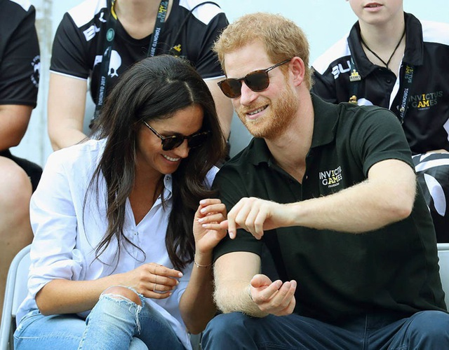Tuy nhiên, đến tháng 9/2017, Meghan mới lần đầu lên tiếng về mối quan hệ với Hoàng tử Harry và kể từ đây cặp đôi chính thức hẹn hò công khai. Trong ảnh: Họ xuất hiện tình tứ tại một sự kiện thể thao ở Toronto (Canada).