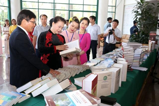 Chủ tịch Quốc hội Nguyễn Thị Kim Ngân thăm khu trưng bày sách ở Viện Hàn lâm KHXHVN trước khi tham dự buổi lễ kỷ niệm. (Ảnh: Anh Tuấn).