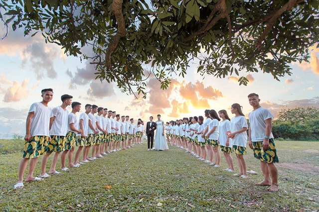 Học sinh Hưng Yên giả cô dâu chú rể trong ảnh kỷ yếu - 1