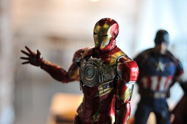 Nhân vật Iron Man (Người Sắt) được mô phỏngtoàn bộ bằng kim loại, có đèn ở ngực, chân, tay,các ngón tay đều gập mở linh hoạt