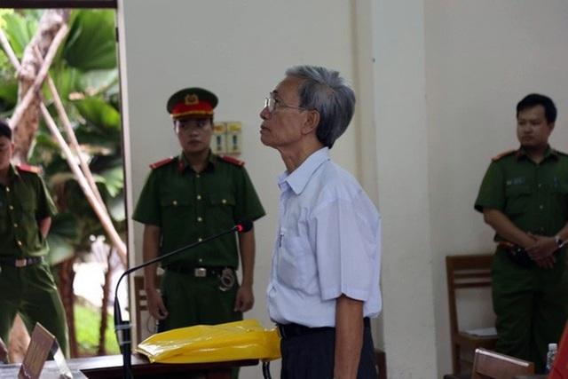Bị án Nguyễn Khắc Thủy bị tuyên phạt 18 tháng tù treo khiến dư luận phẫn nộ.