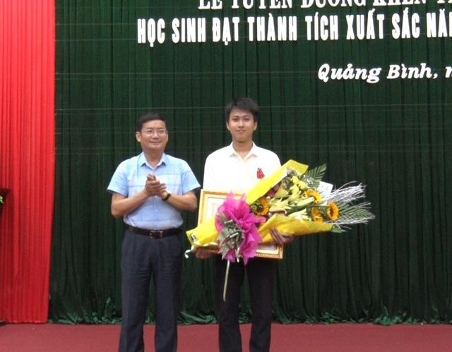 Em Nguyễn Thế Quỳnh vinh dự đón nhận Huân chương Lao động hạng Ba.