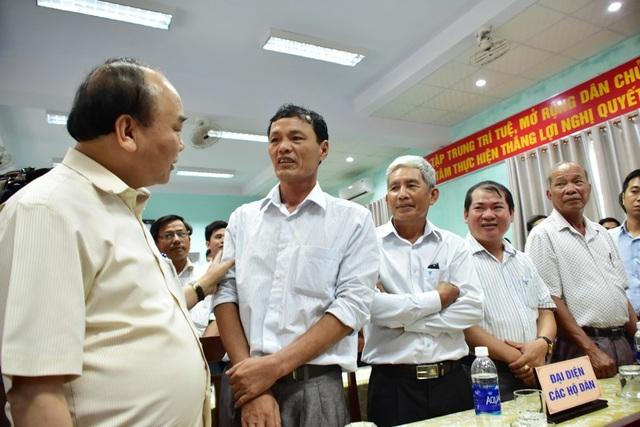 Thủ tướng đến thăm hỏi, động viên người dân thôn Hải Tiến, thị trấn Thuận An, huyện Phú Vang