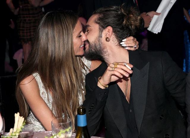 Heidi Klum hôn say đắm bồ trẻ Tom Kaulitz trong tiệc amfAR diễn ra tại Cannes ngày 17/5 vừa qua