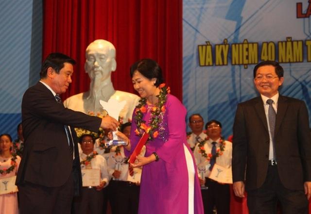 Bí thư Tỉnh ủy Bình Định Nguyễn Thanh Tùng trao kỷ niệm trương Vì sự nghiệp Khoa học - Công nghệ.