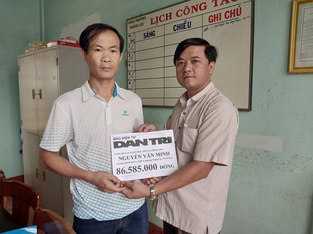 Đại diện Chính quyền địa phương trao gần 87 triệu cho gia đình anh Minh