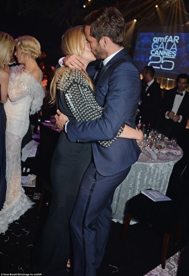 Cùng dự sự kiện còn có siêu mẫu Lara Stone và bạn trai David Grievson