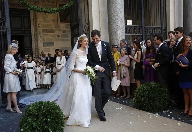 Hoàng tử Bỉ Amedeo và bạn gái Elisabetta Maria Rosboch von Wolkenstein nắm tay nhau trong lễ cưới hoàng gia ngày 5/7/2014 tại Rome. Cô dâu Rosboch, một nữ phóng viên xuất thân trong gia đình quý tộc Italy, đã lựa chọn thiết kế váy cưới của nhà mốt Valentino.