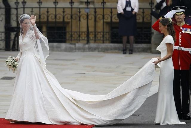 Công nương Kate Catherine đẹp lộng lẫy trong váy cưới của nhà mốt nổi tiếng Alexander McQueen trong lễ cưới với Hoàng tử Anh William tại London ngày 29/4/2011. Cặp đôi gặp nhau khi còn là sinh viên tại Đại học St. Andrews.