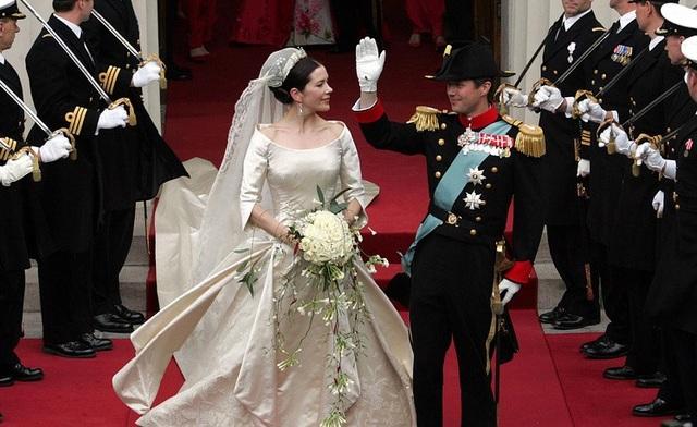 Bộ váy cưới màu kem ấn tượng của cô dâu Mary trong lễ cưới với Thái tử Đan Mạch Frederik tại Copenhagen ngày 14/5/2004. Cặp đôi gặp nhau lần đầu tiên tại một quán rượu ở Sydney trong thời gian diễn ra thế vận hội mùa hè 2000.