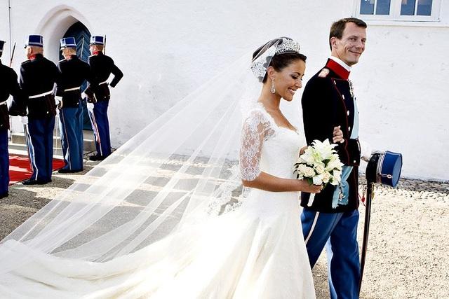 Hoàng tử Joachim của Đan Mạch, con trai út của Nữ hoàng Margrethe, dắt tay bạn gái người Pháp Marie Cavallier rời khỏi nhà thờ Mogeltonder trong lễ cưới tại Sonderjutland ngày 24/5/2008.