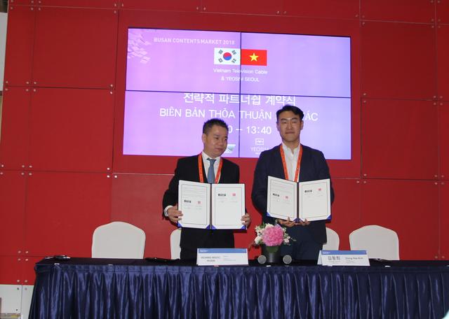 Chủ tịch VTVcab Hoàng Ngọc Huấn (bên trái) ký Thoả thuận hợp tác đối tác chiến lược với Yeosim Seoul