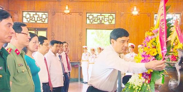 Lãnh đạo tỉnh Nghệ An thành kính dâng lẵng hoa tươi thắm và nén hương thơm lên Chủ tịch Hồ Chí Minh.