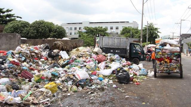 Điểm nóng ô nhiễm do sự phối hợp không tốt giữa lực lượng thu gom rác dân lập và xe thu gom rác của dịch vụ công ích