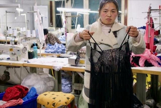Chị Chen Haili bên chiếc áo ngủ vừa may xong. (Ảnh: SCMP)