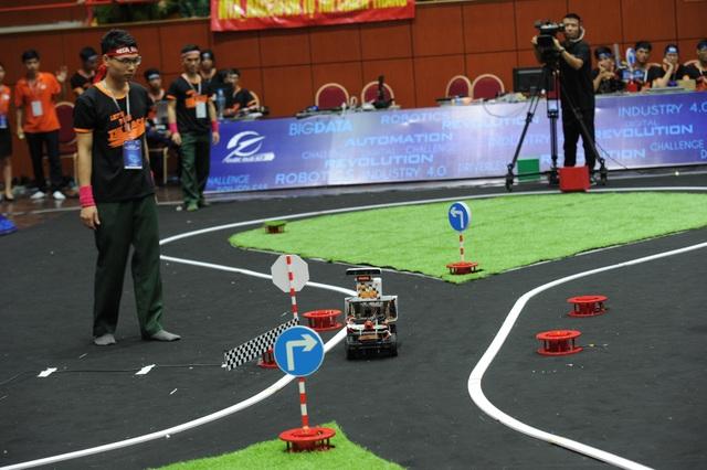 Trong vòng chung kết, xe của các đội có thể đi trên các đường có địa hình phức tạp như có hàng đinh, có vạch kẻ đường hoặc kẻ nét đứt.