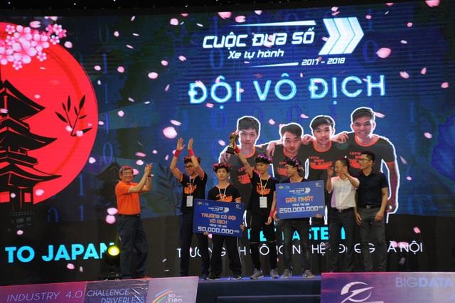 Thành viên đội vô địch UET Fastest nhận phần thưởng 450 triệu đồng.