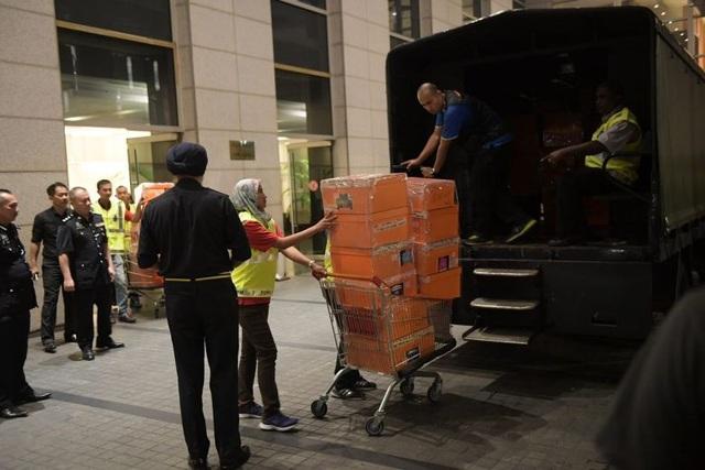 Cảnh sát tịch thu hàng trăm túi xách hàng hiệu, hàng chục vali tiền tại nhà riêng của cựu Thủ tướng Malaysia Najib. (Ảnh: Reuters)
