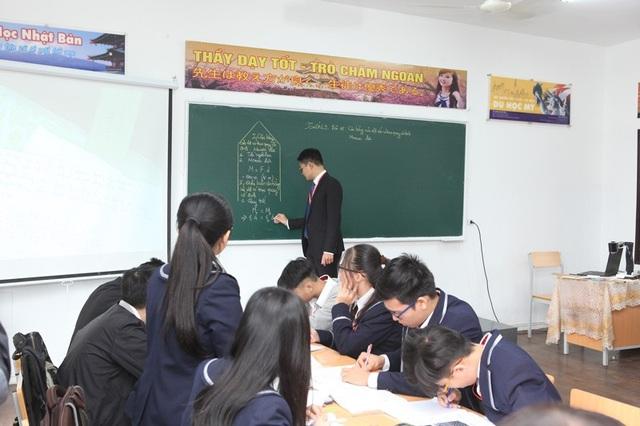 ...và giờ học Vật lý của học sinh trường THPT Hoàng Long