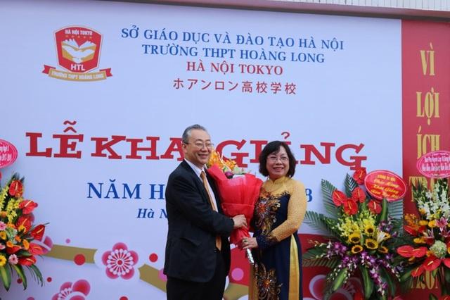 Ông Ando Toshiki - Giám đốc Japan Foundation tại Việt Nam tặng hoa chúc mừng lễ khai giảng THPT Hoàng Long