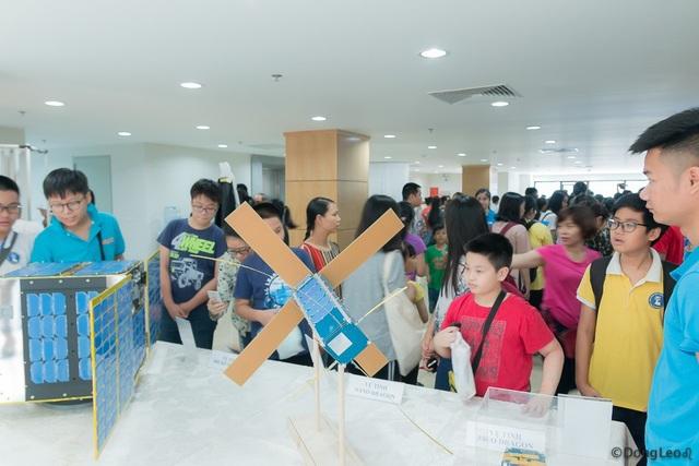 Các học sinh hào hứng khám phá mô hình vệ tinh.