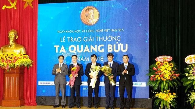 Phó Thủ tướng Vũ Đức Đam tặng hoa chúc mừng 3 nhà khoa học nhận Giải thưởng Tạ Quang Bửu năm 2018.