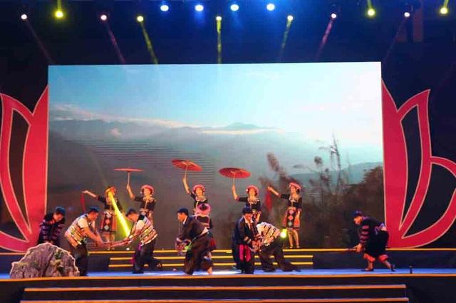 Chương trình nghệ thuật Dâng Người câu hát quê hương là những tiết mục được dàn dựng công phu, có chất lượng cao của các đoàn nghệ thuật chuyên nghiệp và đoàn nghệ thuật của 21 huyện, thành, thị tỉnh Nghệ An