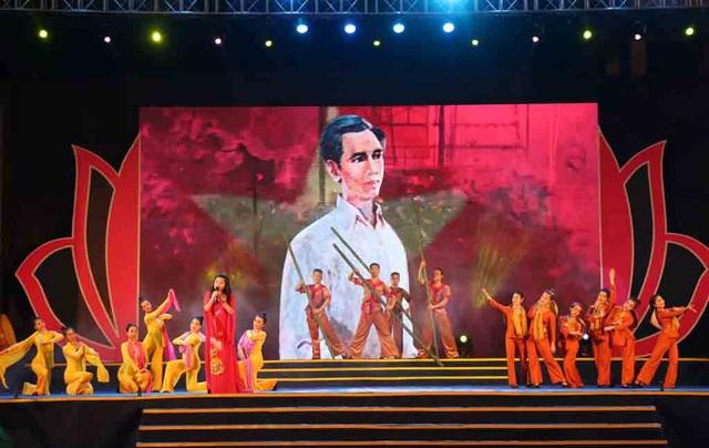 Tiết mục văn nghệ biểu diễn tại đêm khai mạc Lễ hội Làng Sen