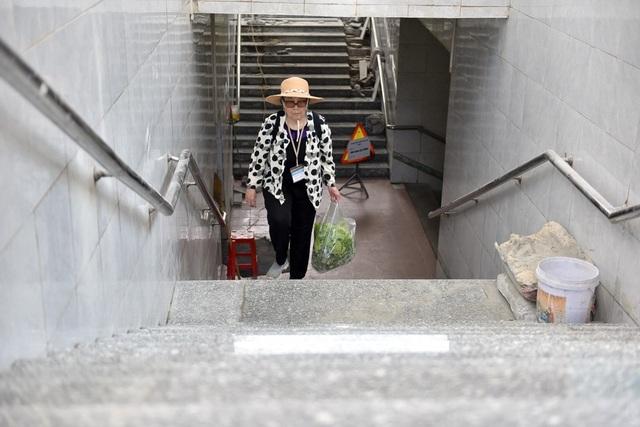 Cũng theo đơn vị quản lý, trước mắt sẽ lát đá granite tại hầm H4 bởi đây là hầm đi bộ có người sử dụng cao, trong đó có nhiều người nước ngoài sinh sống trong khu vực.