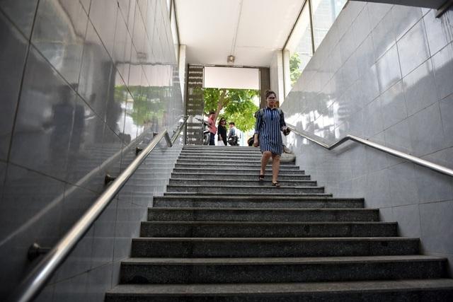 Các bậc thang được lát mới bằng đá granite, thay thế cho gạch men cũ. Một phần bậc thang của đường hầm đi bộ đã thi công xong.