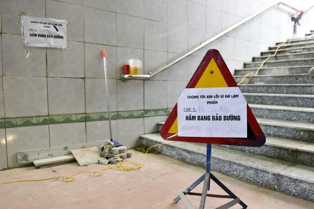 Trong qua trình thay thế gạch lát, một phần hầm đi bộ vẫn có thể qua lại, trong khi phần đang sữa chữa có biển thông báo.