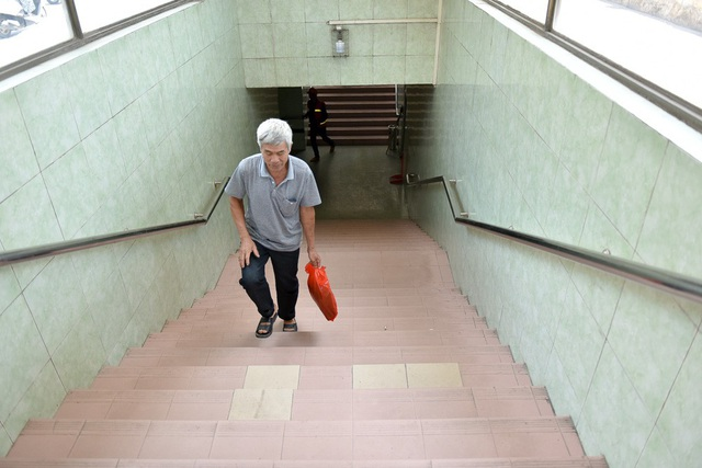 Bậc thang lên xuống hầm đi bộ khu vực cửa ra bến xe Mỹ Đình lát bằng gạch men đã cũ, có viên thay thế không đồng bộ. Dự kiến những bậc thang này cũng sẽ được thay thế gạch lát bằng đá granite.