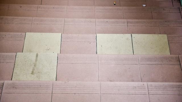 Gạch vỡ hỏng phải thay thế bằng gạch khác màu nguyên bản.
