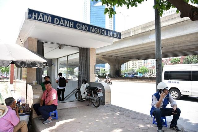 Hơn 10 ngày nay, Công ty cổ phần Công trình giao thông 2 đã tiến hành thay gạch lát bậc thang lên xuống hầm đi bộ H4 trên đường Phạm Hùng.