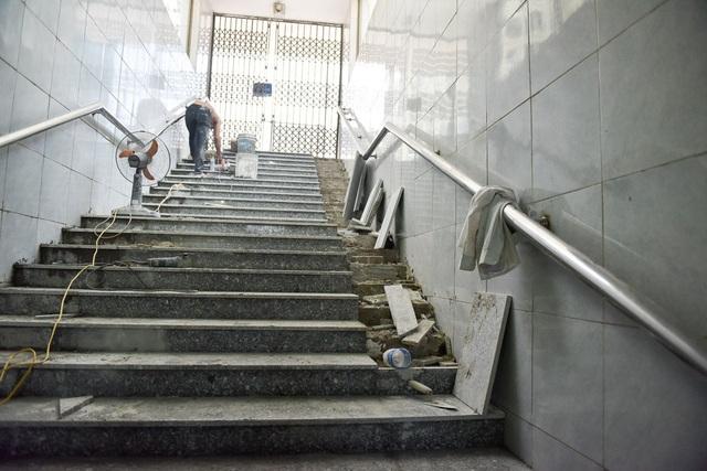 Trong khi đó, các bậc thang còn lại đang thi công dở dang.
