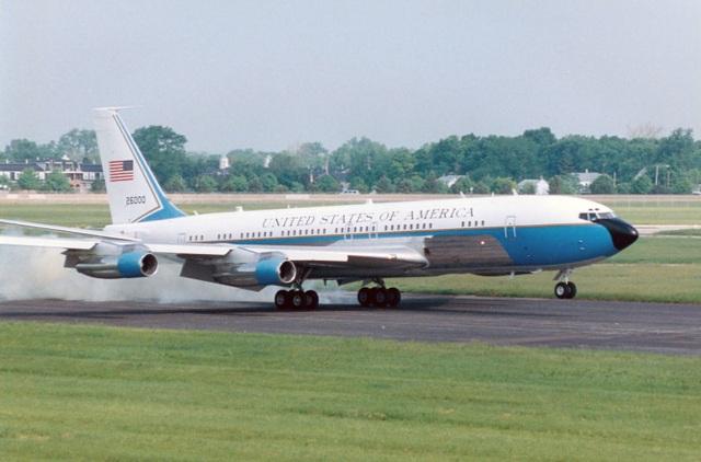 """Tháng 10/1962, hãng sản xuất Boeing đã bàn giao cho chính phủ Mỹ một chuyên cơ được cải tiến từ máy bay dân dụng Boeing 707-320B, với tên gọi """"SAM 26000"""". Đây là chuyên cơ đầu tiên được chế tạo đặc biệt chuyên phục vụ nhu cầu di chuyển của các tổng thống Mỹ. Trong suốt 36 năm phục vụ trong chính phủ Mỹ, máy bay này đã chuyên chở 8 cựu Tổng thống Mỹ như John F. Kennedy, Lyndon Johnson, Richard Nixon, Gerald Ford, Jimmy Carter, Ronald Reagan, George H.W. Bush, và Bill Clinton, cùng rất nhiều quan chức chính phủ cấp cao, các nhà ngoại giao."""