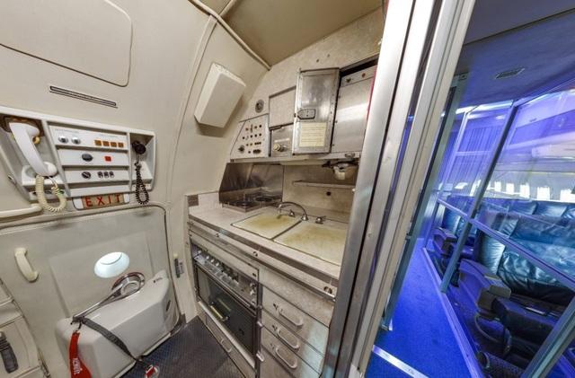 Khu vực các nhân viên chuẩn bị đồ ăn, thức uống phục vụ các quan chức trên máy bay.