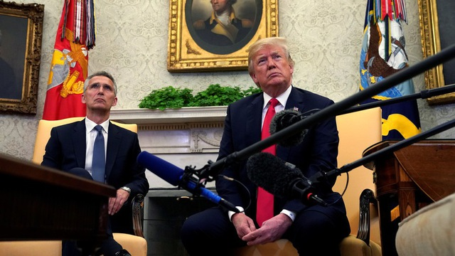 Tổng thống Mỹ Donald Trump và Tổng thư ký NATO Jens Stoltenberg. (Ảnh: Reuters)