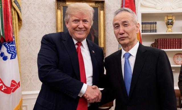 Tổng thống Mỹ Donald Trump (trái) và Phó Thủ tướng Trung Quốc Lưu Hạc (Ảnh: Twitter)