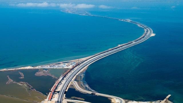 Cầu nối đất liền Nga và Crimea nhìn từ trên cao (Ảnh: Sputnik)