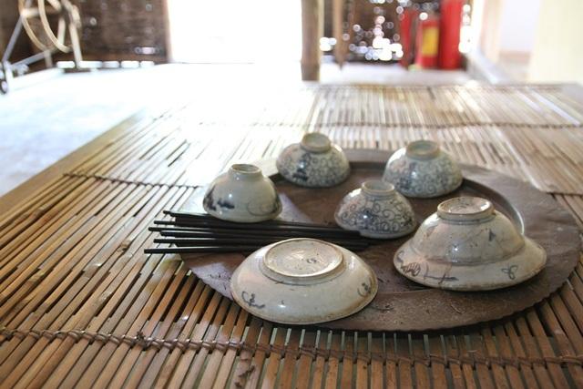 Mâm chén bát đũa để ăn cơm hàng ngày của Bác Hồ thời ấu thơ và gia đình