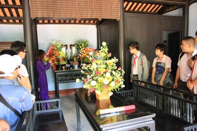 Các em học sinh đến thăm ngôi nhà Bác Hồ lúc nhỏ vào dịp 19/5/2018
