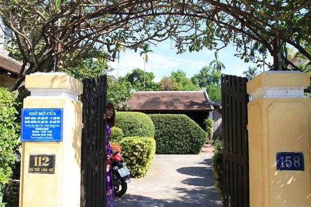 Cổng vào nhà với giàn hoa giấy mát xanh